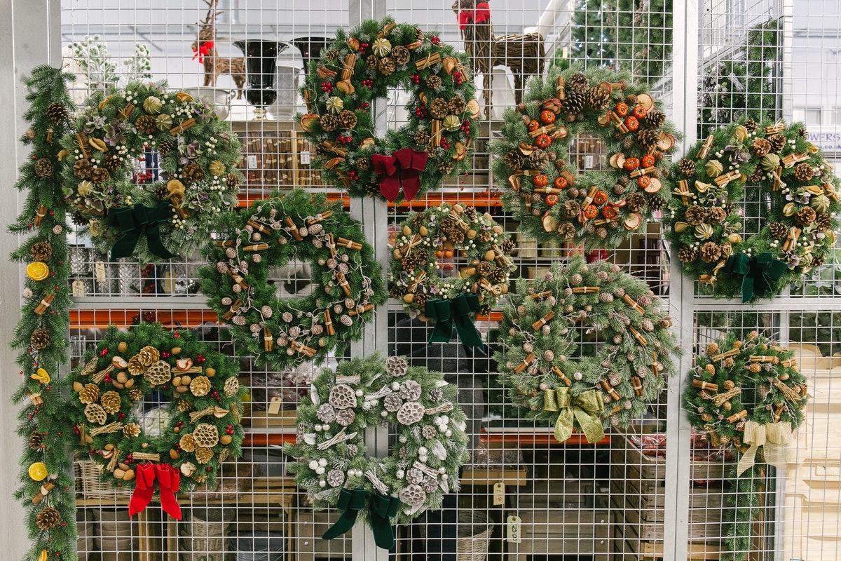 New Covent Garden Flower Market A Florists Guide To Christmas At The Flower Market Rona Wheeldon Flowerona Decorated Artificial Wreaths At The Flower Store November 2017