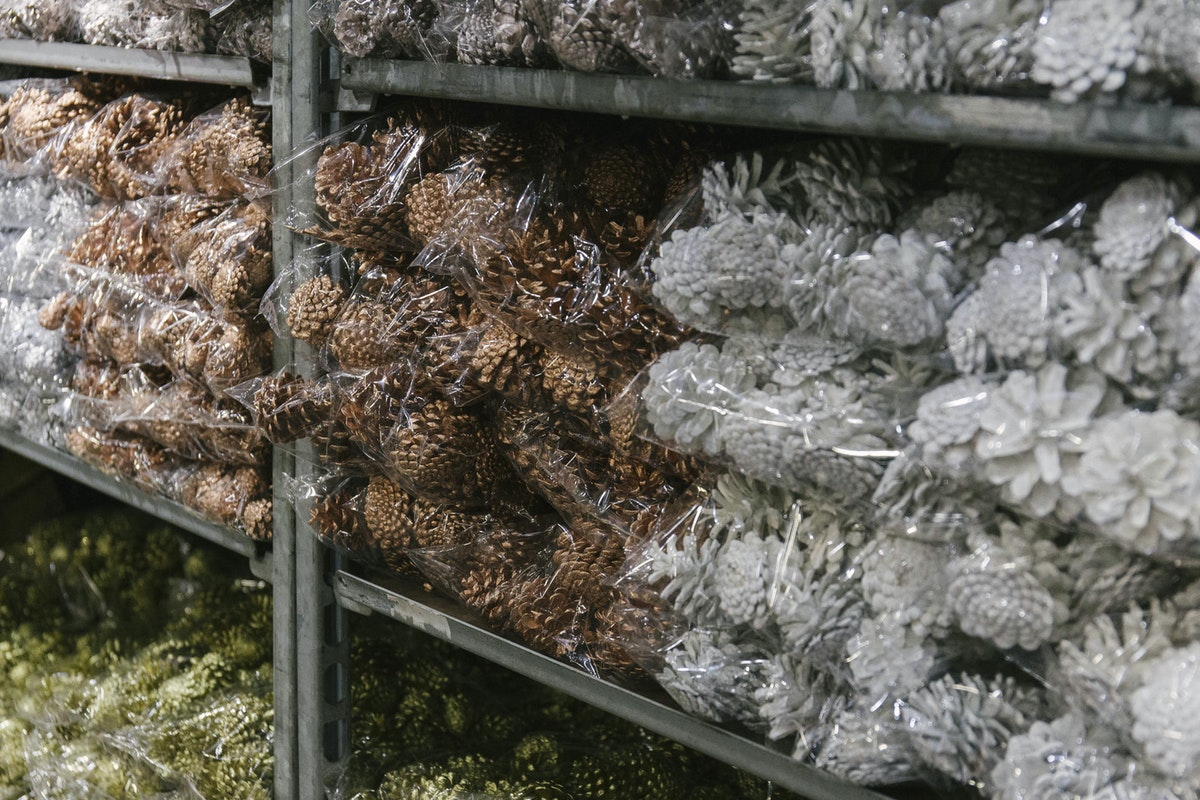 New Covent Garden Flower Market A Florists Guide To Christmas At The Flower Market Rona Wheeldon Flowerona November 2018 Sprayed Pine Cones At Porters Foliage