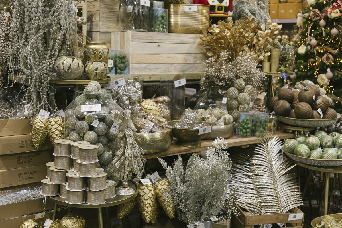 New Covent Garden Flower Market A Florists Guide To Christmas At The Flower Market Rona Wheeldon Flowerona November 2019 Christmas Sundries At Lavenders Of Covent Garden
