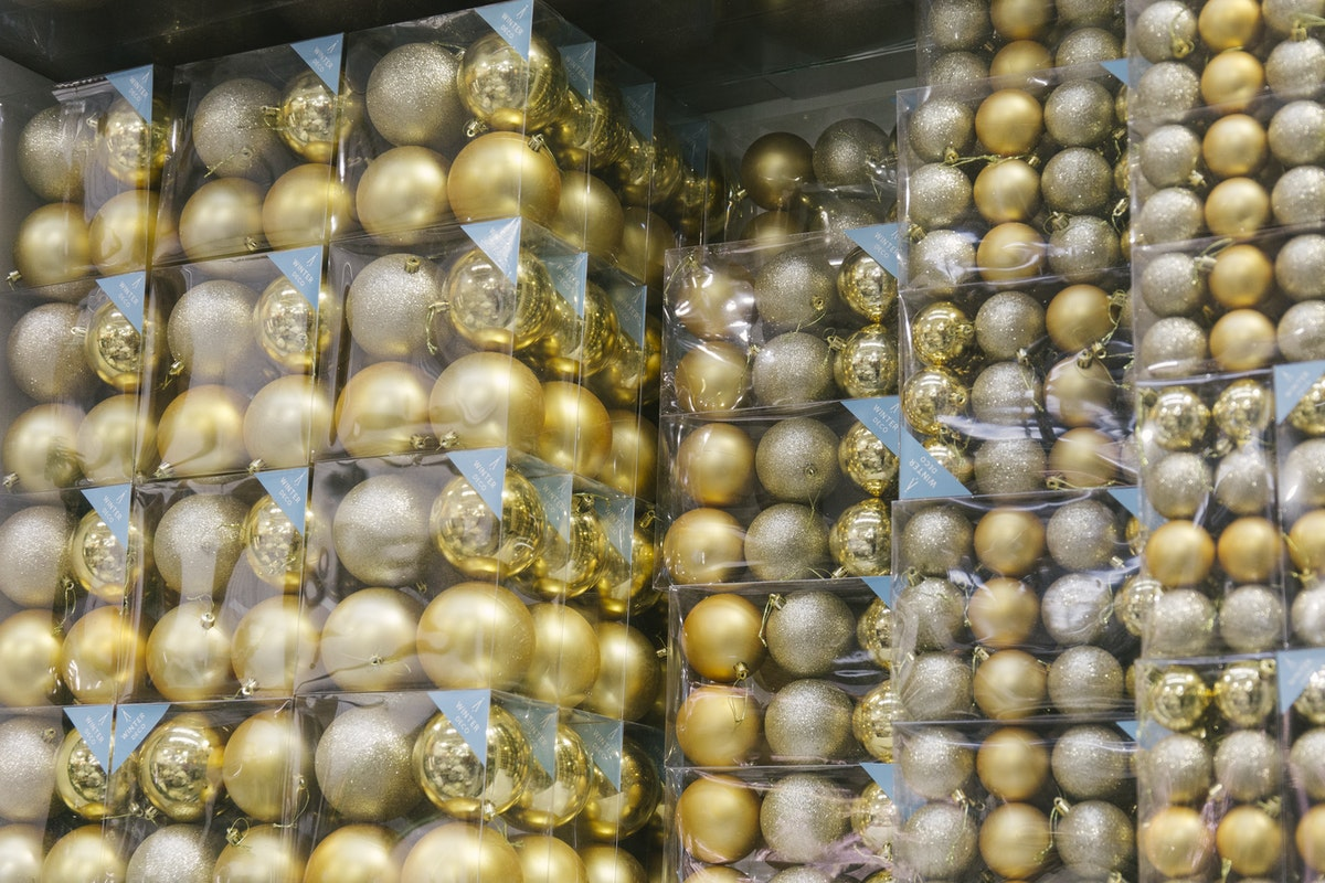 New Covent Garden Flower Market A Florists Guide To Christmas At The Flower Market Rona Wheeldon Flowerona November 2019 Gold Christmas Baubles At Lavenders Of Covent Garden